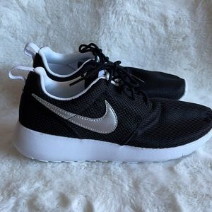 NWOT Nike black runners